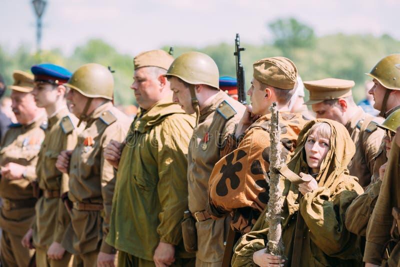 Gomel Wit-Rusland Rang van Sovjet Bewapende Militairen Reenactors tijdens R stock afbeelding