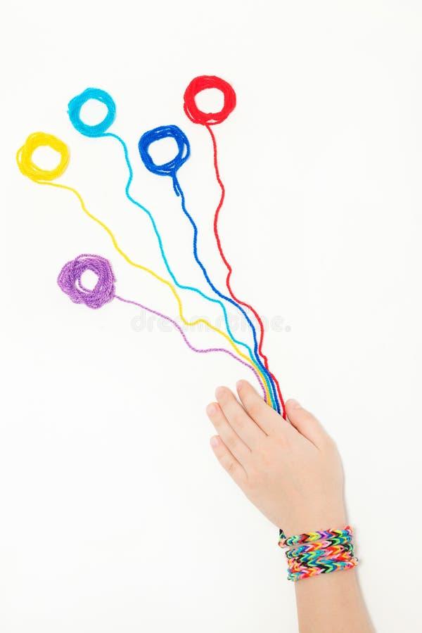 Gomitoli di filo nelle mani di un bambino Il ricamo, filo, cuce fotografia stock