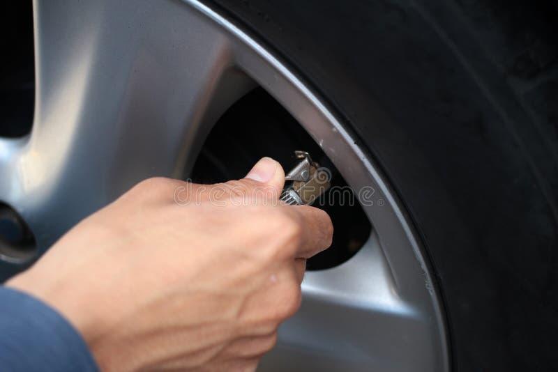 Gomma automatica della pompa a mano da durare al compressore d'aria in automobi fotografia stock libera da diritti