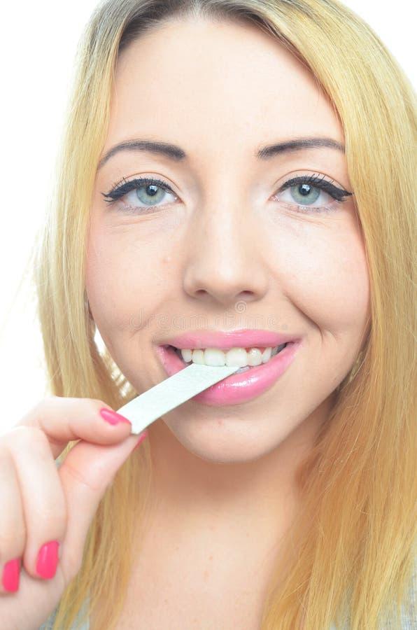 Gomma da masticare della giovane donna fotografia stock