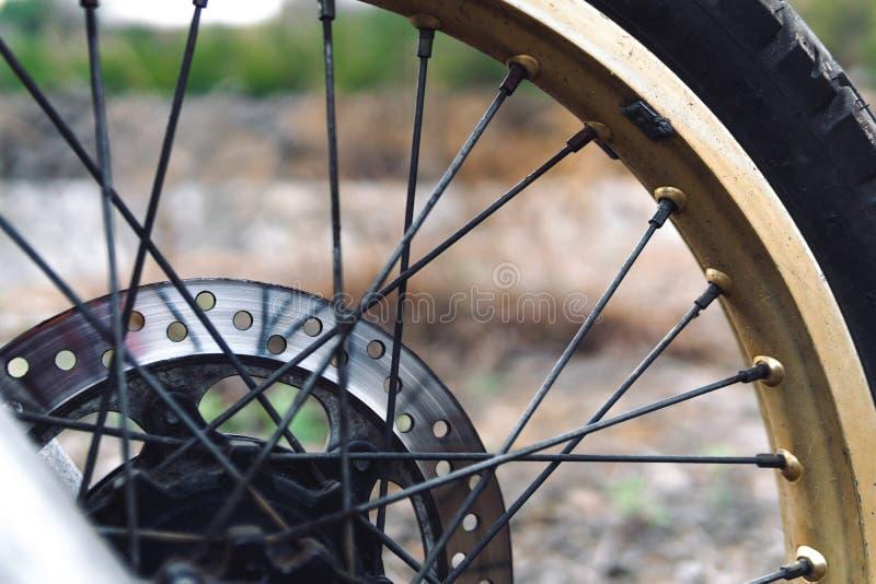 Gomma delle ruote dei motocicli la ruota spoked, ha utilizzato il disco del freno, il calibro del freno ed i cuscinetti Ruota di  fotografia stock