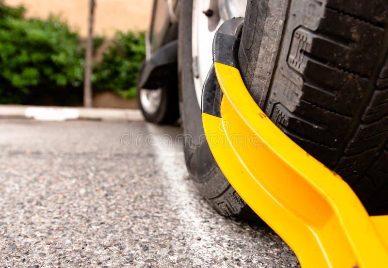 Gomma di automobile drammatica con lo stivale giallo fotografia stock