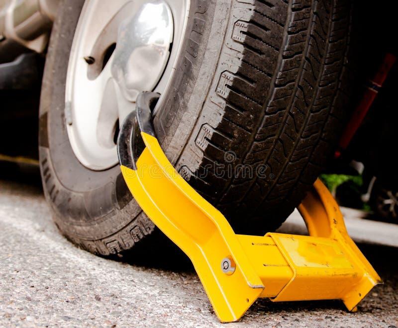 Gomma di automobile drammatica con lo stivale giallo immagine stock libera da diritti