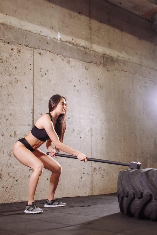 Gomma favolosa della donna grande con la mazza durante l'allenamento intenso nella palestra di misura immagine stock libera da diritti