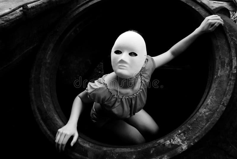 Gomma residua e un donna-nero mascherato e bianco fotografie stock