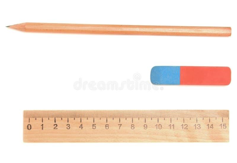Gomme à effacer, crayon et grille de tabulation sur un fond blanc. images libres de droits