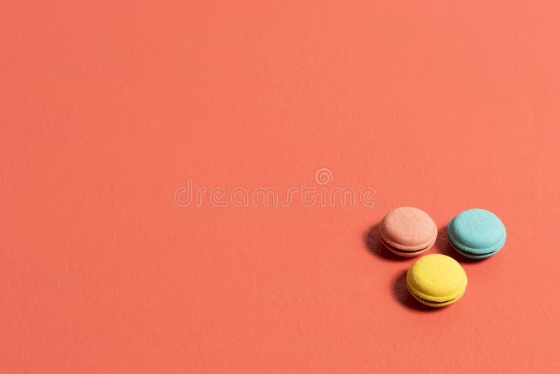 Gomme circolari nei colori blu e gialli rosa su una tavola di corallo immagini stock