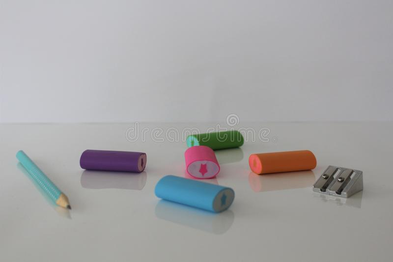 Gomme, crayon et affûteuse Éducation d'école élémentaire Une affûteuse, gomme et corrigent Gommes à effacer colorées photographie stock
