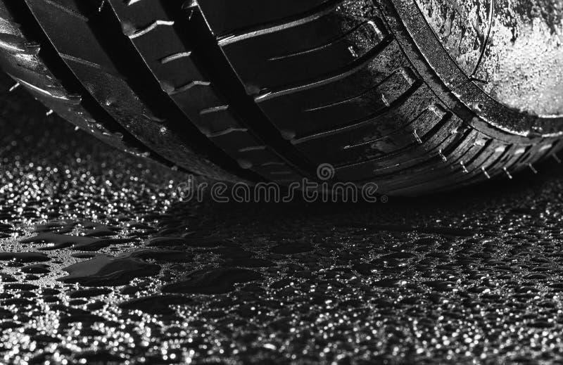 Gomme di automobile economiche in consumo di carburante di estate con le goccioline di acqua fotografia stock