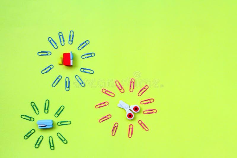 Gomme sotto forma di rifornimenti di scuola: forbici, cucitrice meccanica, affilatrice con la maniglia immagini stock libere da diritti