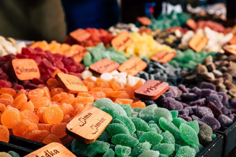 Gommes de bonbons à sucre et dragées à la gelée de sucre colorées sur le marché images stock