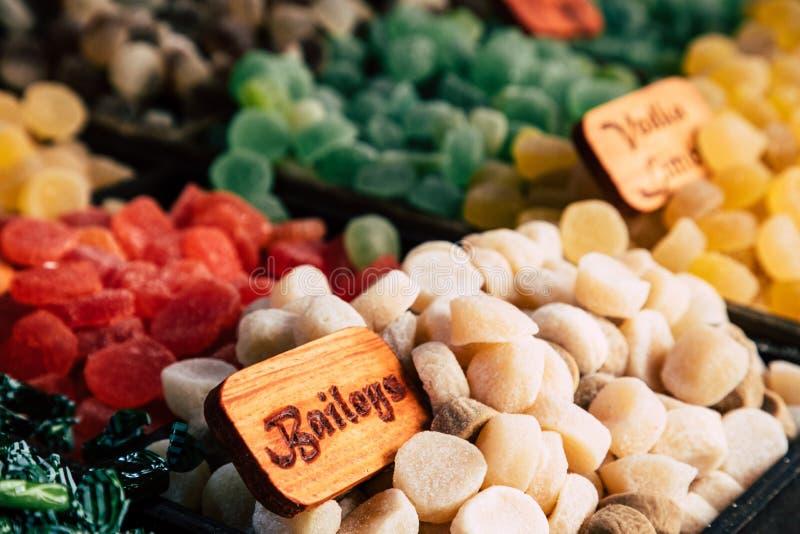 Gommes de bonbons à sucre et dragées à la gelée de sucre colorées sur le marché image stock