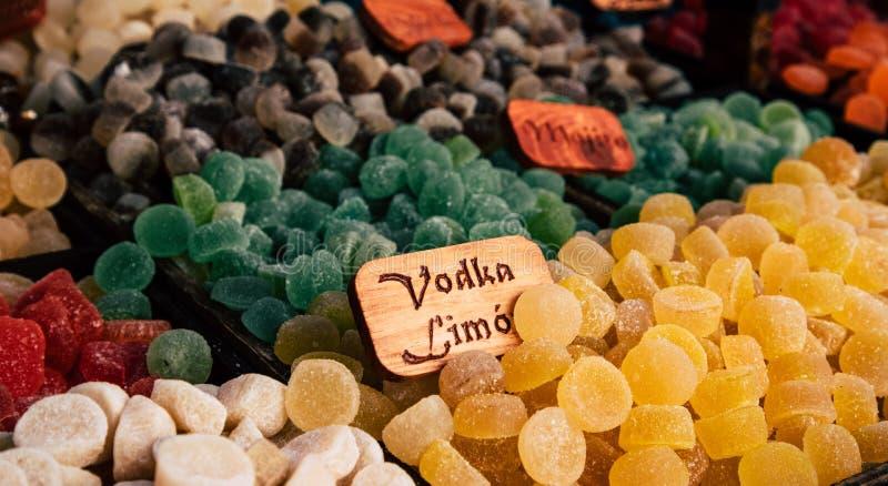 Gommes de bonbons à sucre et dragées à la gelée de sucre colorées sur le marché photographie stock