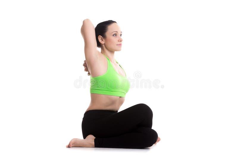 Gomukhasana yoga poserar arkivfoton