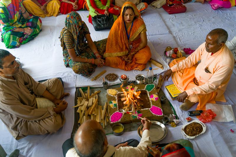 Gonda/Ινδία-30 10 2018: Η ινδή τελετουργική τελετή μέσα στο σπίτι στοκ εικόνες
