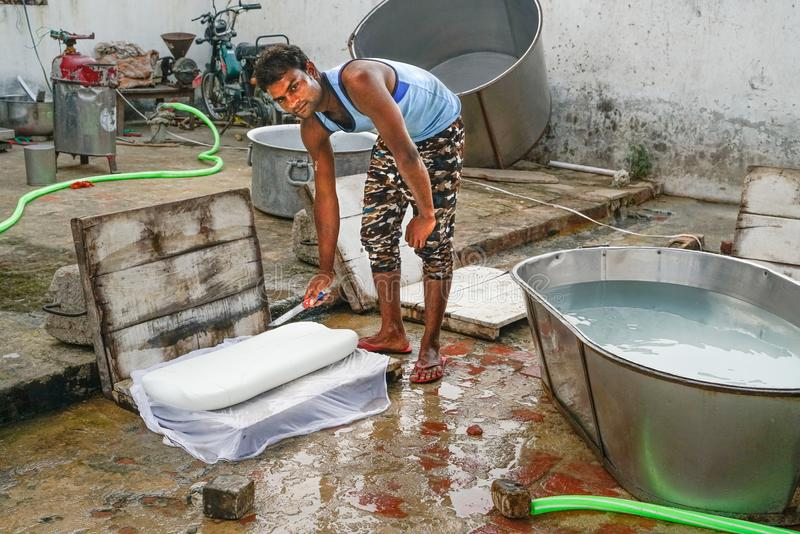 Gonda/Ινδία-30 10 2018: Το μικρό ινδικό εργοστάσιο τυριών στοκ φωτογραφία
