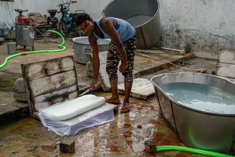 Gonda/Ινδία-30 10 2018: Το μικρό ινδικό εργοστάσιο τυριών στοκ εικόνες