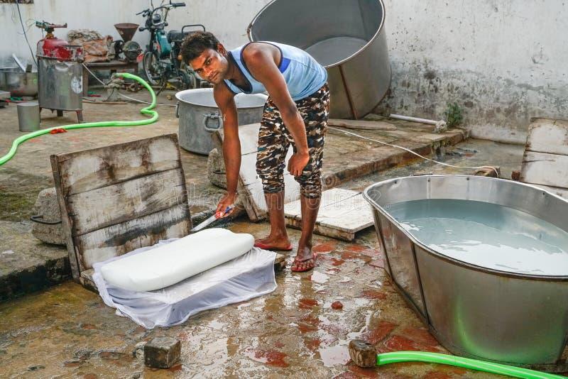Gonda/India-30 10 2018: Небольшая индийская фабрика сыра стоковая фотография