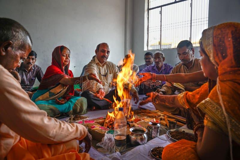 Gonda/India-30 10 2018: Den hinduiska rituella ceremonin inom huset arkivfoton