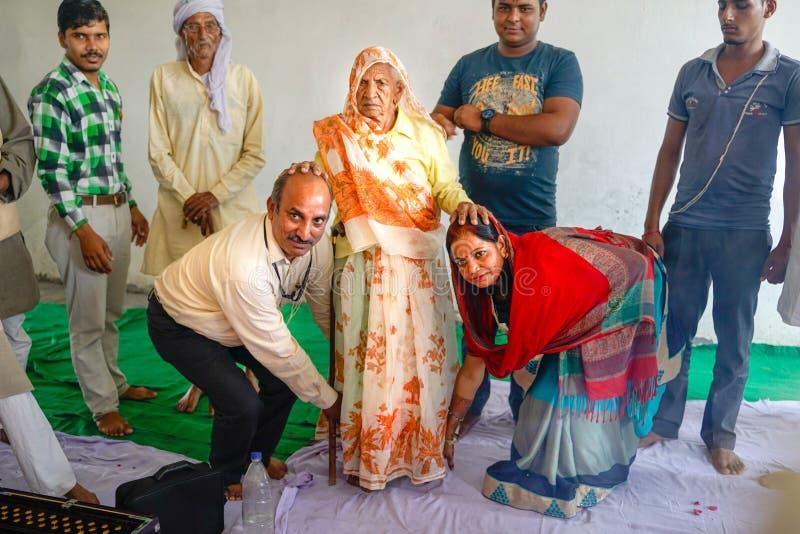 Gonda/India-30 10 2018: Den hinduiska rituella ceremonin inom huset arkivbild