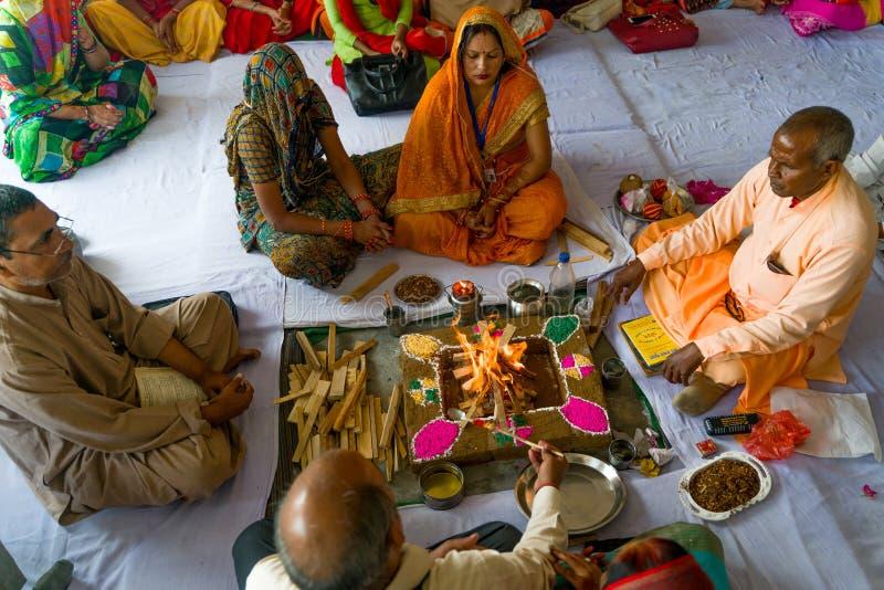 Gonda/India-30 10 2018: Den hinduiska rituella ceremonin inom huset arkivbilder