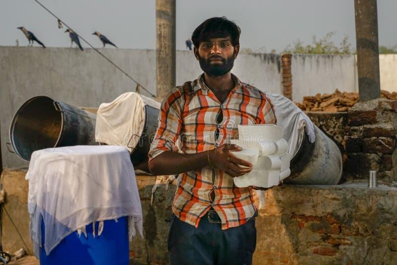 Gonda/India-30 10 2018: Den lilla indiska ostfabriken arkivfoto