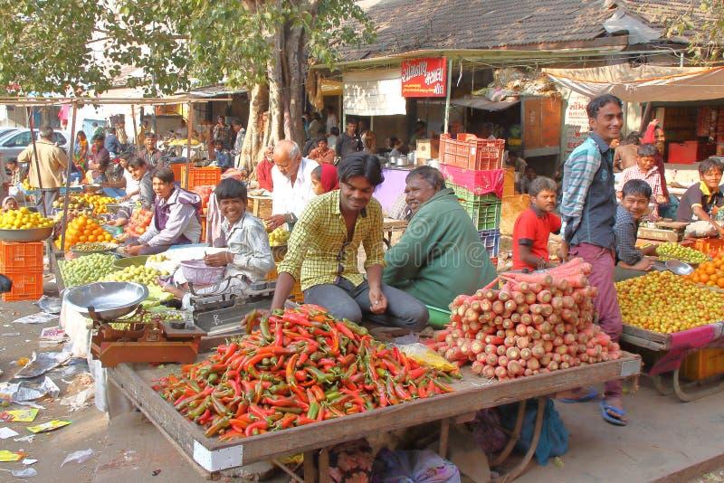 GONDAL, GUJARAT, INDIA - 24 DICEMBRE 2013: Accoglimento dell'atmosfera in un mercato dell'alimento fotografia stock