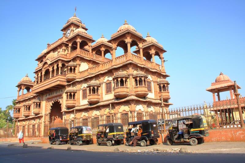 GONDAL, GUJARAT, INDIA - 23 DICEMBRE 2013: L'entrata del tempio di Swaminarayan fotografie stock libere da diritti