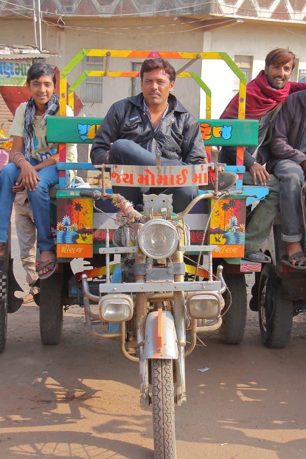 GONDAL, GUJARAT, INDIA - 24 DICEMBRE 2013: Trasporto pubblico gujarati di Chakda immagine stock libera da diritti