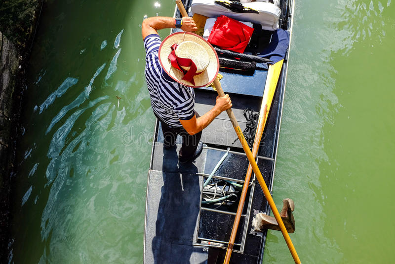 Gondaler σε μια γόνδολα στη Βενετία στοκ φωτογραφία με δικαίωμα ελεύθερης χρήσης