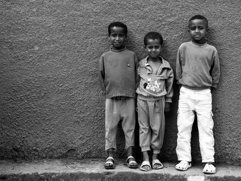 Gondar, Etiopia, l'8 ottobre 2008: Ragazzi che posano per la macchina fotografica fotografie stock libere da diritti