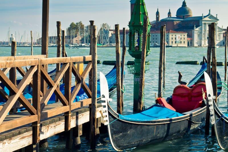 Gondel in einem Wasserkanal in Venedig lizenzfreie stockbilder