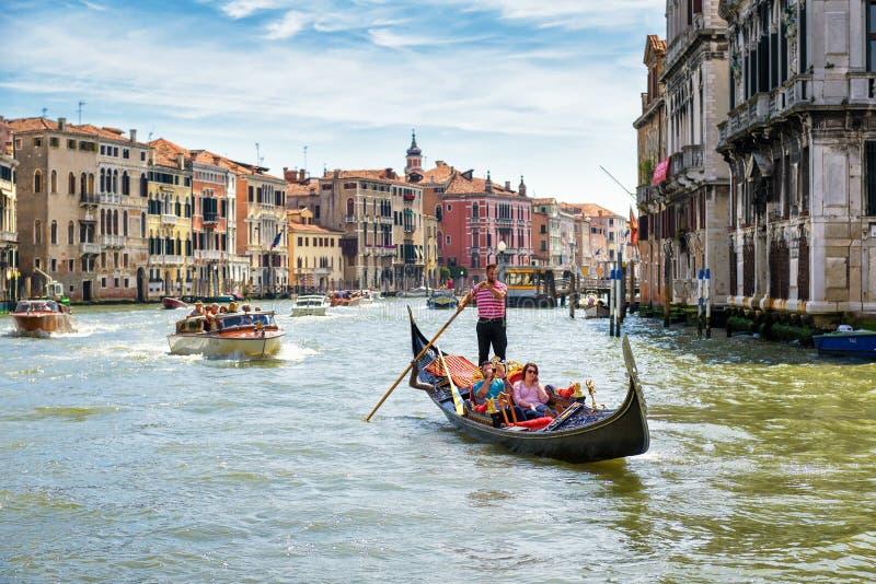 Gondel en motorboten in Venetië royalty-vrije stock afbeeldingen