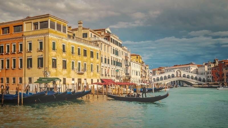 Gondel entlang Grand Canal und Rialto-Brücke in Venedig, Italien stockfotos