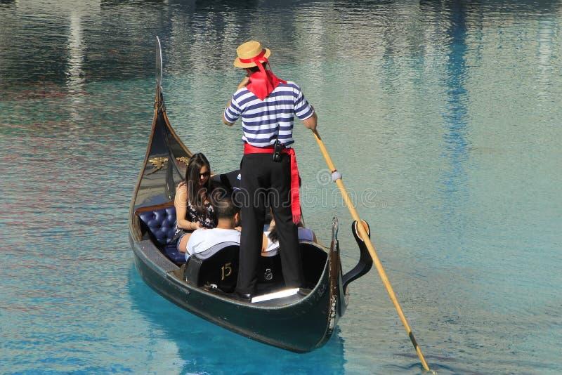 Gondel met toeristen in een kanaal, een Venetiaanse Toevluchthotel en een casi royalty-vrije stock foto's