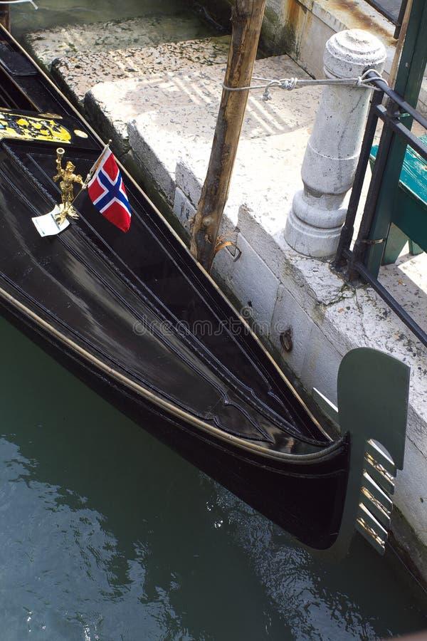 Gondel mit norwegischer Markierungsfahne stockbilder