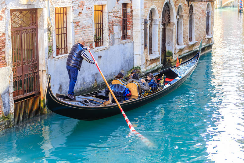 Gondel mit Touristen Venedig Italien lizenzfreie stockfotografie