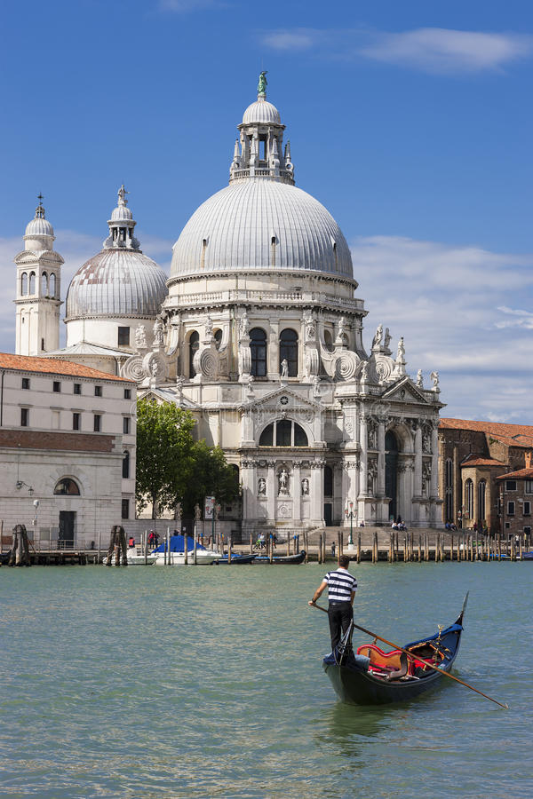 Gondel op Kanaal Grande met Basiliekdi Santa Maria della Salut stock afbeelding