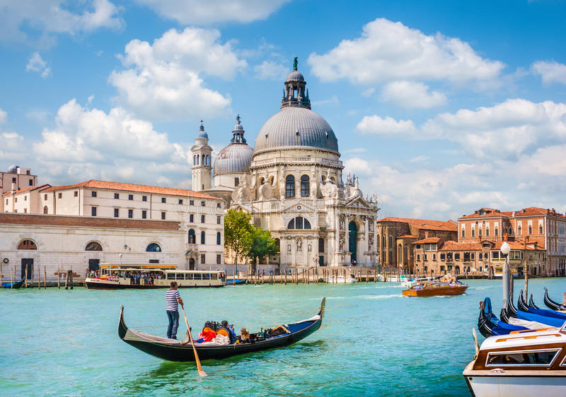 Gondel op Kanaal Grande met Basiliekdi Santa Maria della Salute, Venetië, Italië stock foto