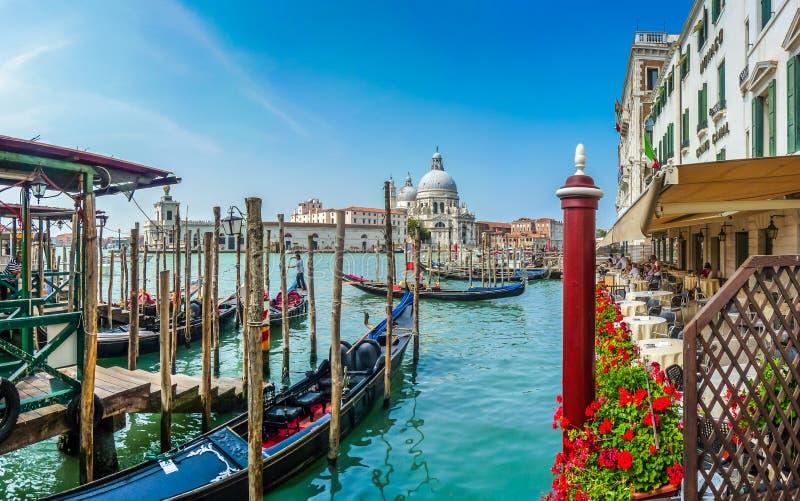 Gondel op Kanaal Grande met Basiliekdi Santa Maria, Venetië royalty-vrije stock fotografie