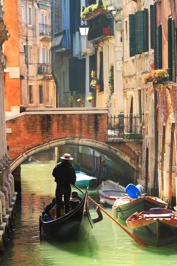 Gondel op kanaal in Venetië, Italië. stock afbeeldingen