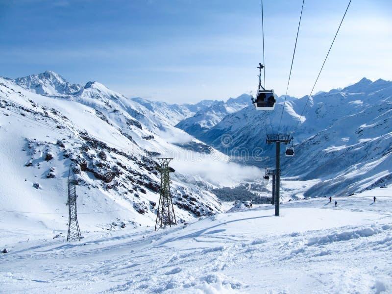 Gondelbahn im Skiort am frühen Morgen an der Dämmerung stockfoto