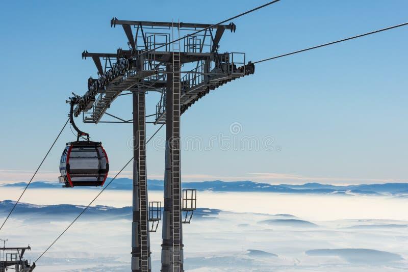 GONDELBAHN Kabine des Skiliftes im Skiort am frühen Morgen an der Dämmerung mit Bergspitze im Abstand lizenzfreie stockfotos