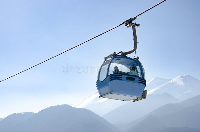 Gondelbahn und schneebedeckte Berge lizenzfreies stockfoto