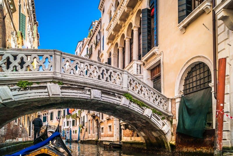 Gondelfahrt in romantischem Venedig, Italien lizenzfreies stockfoto