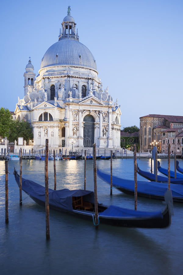 Gondeln auf dem Kanal groß mit Basilika stockbilder