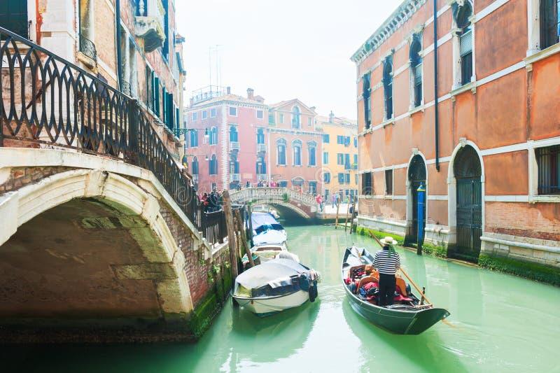 Gondeln auf dem szenischen Kanal in Venedig, Italien lizenzfreie stockbilder