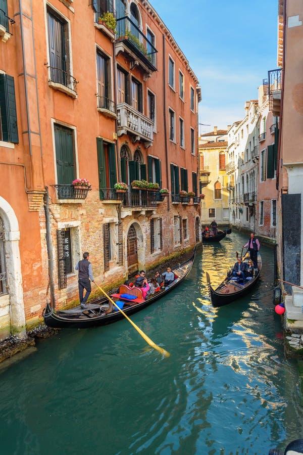 Gondeln auf Kanal Rio di San Moise in Venedig Italien lizenzfreie stockbilder