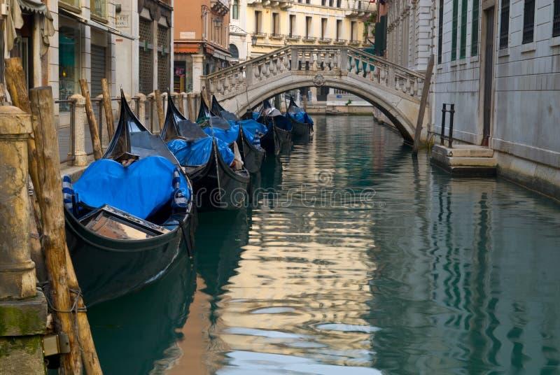 Gondeln auf venetianischem Kanal. stockbild