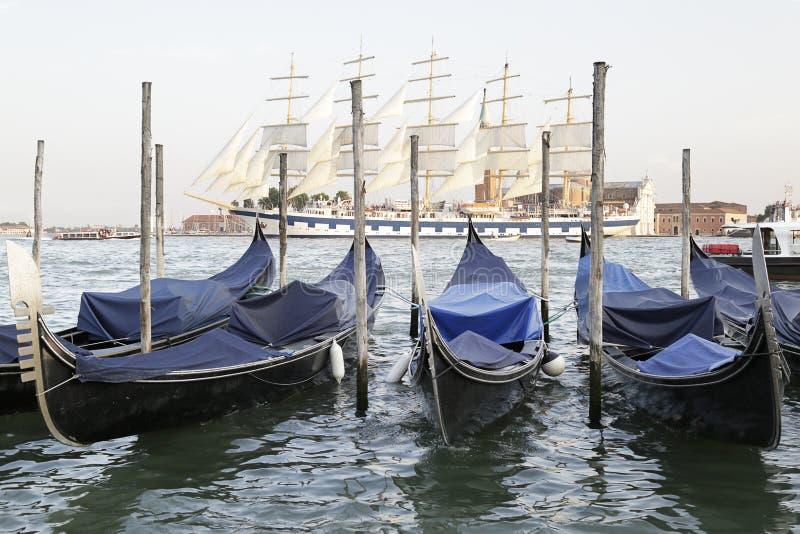 Gondeln in der venetianischen Lagune, Italien stockfotografie